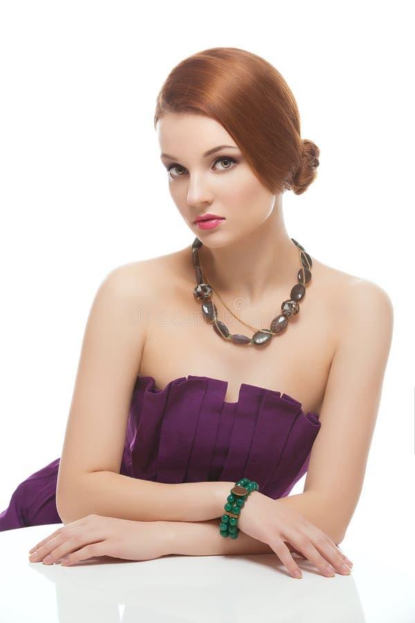 Menina com colar e braceletes foto de stock royalty free