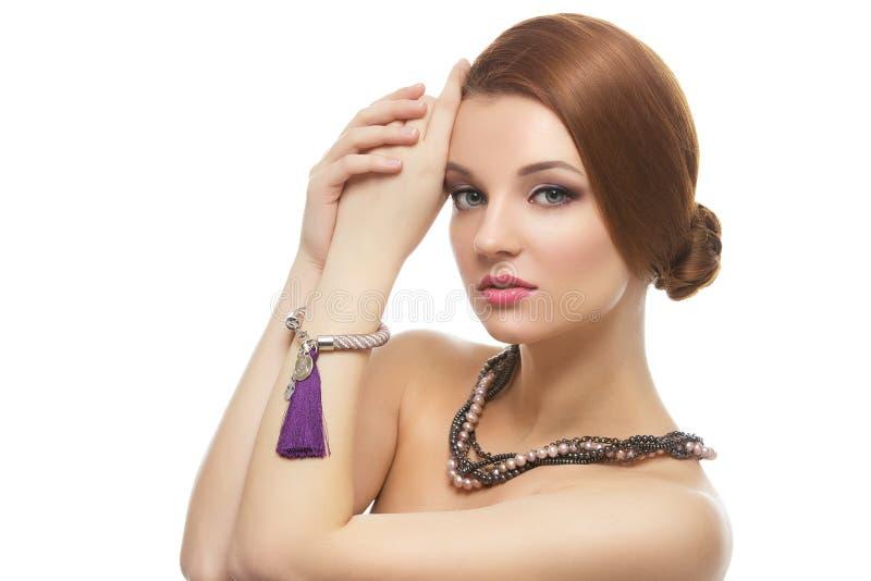Menina com colar e braceletes fotos de stock