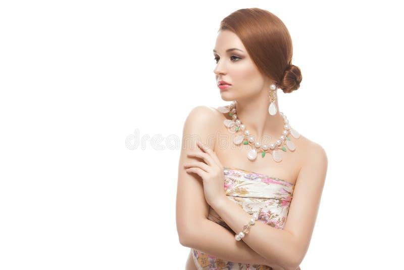 Menina com colar e braceletes fotos de stock royalty free