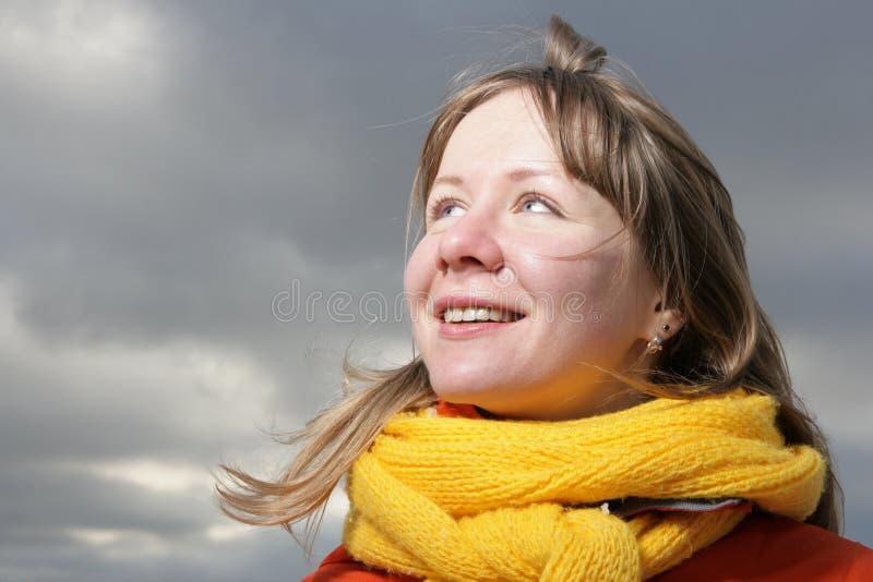 Menina com comforter amarelo imagens de stock