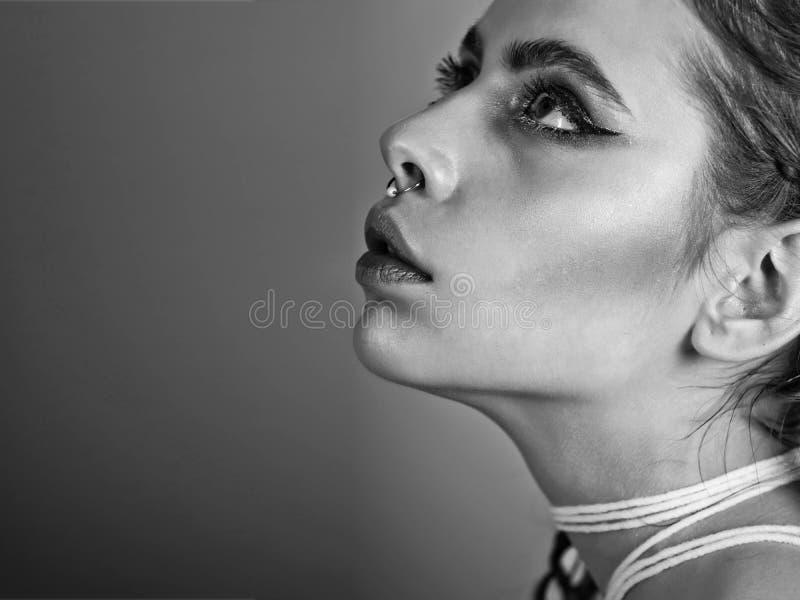 Menina com composição bonita da cara e da cor imagem de stock royalty free