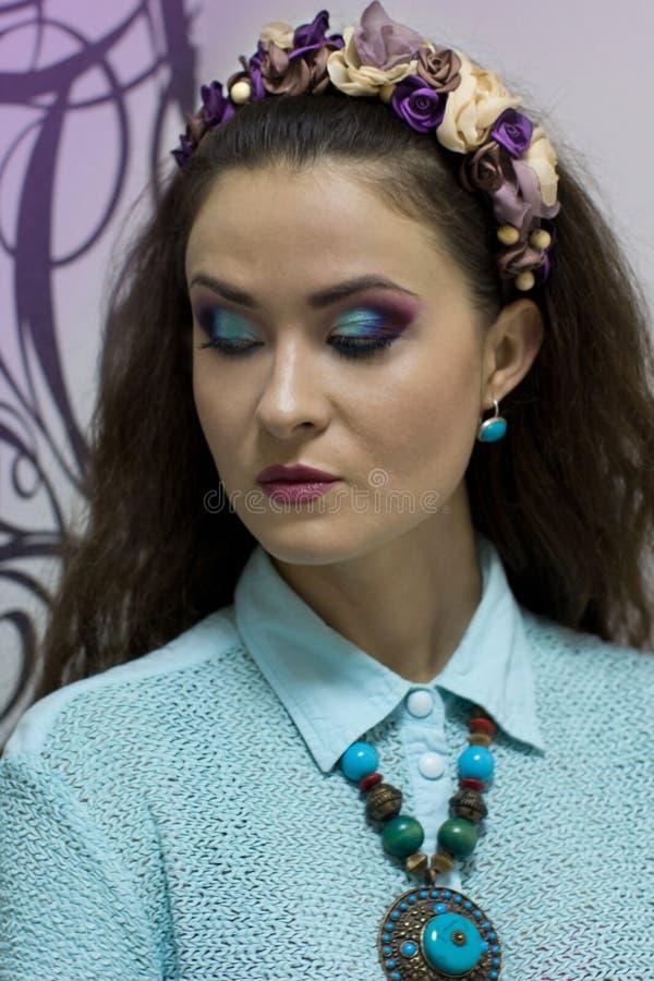 Menina com composição brilhante da aquarela e grinalda em sua cabeça foto de stock
