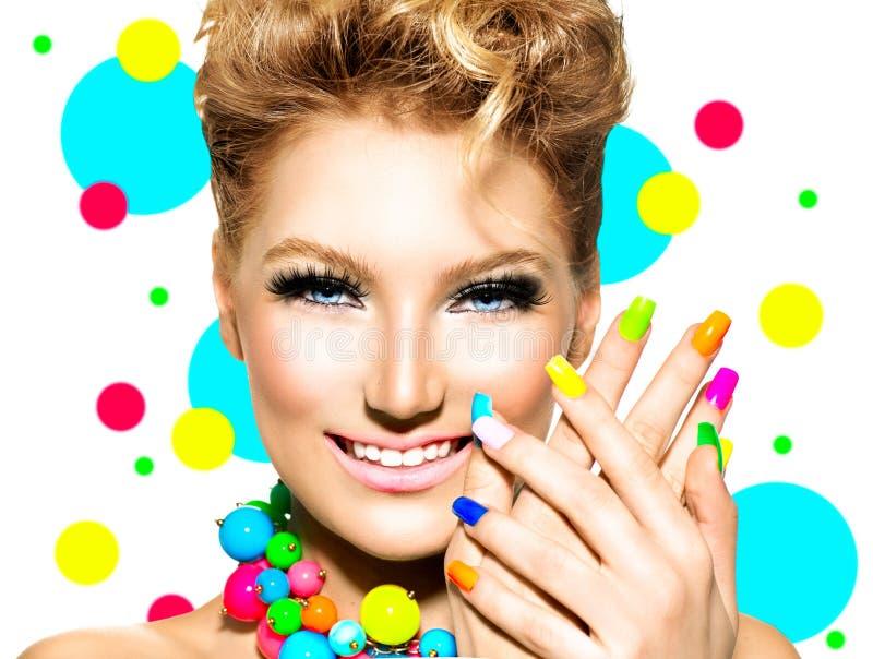 Menina com composição colorida, verniz para as unhas da beleza fotos de stock