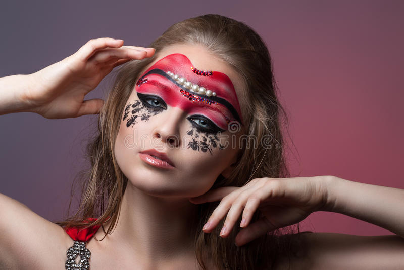 Menina com composição criativa em sua cara foto de stock