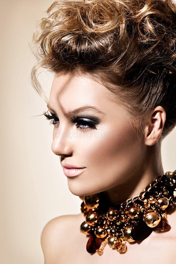 Menina com composição e penteado perfeitos da forma imagem de stock royalty free