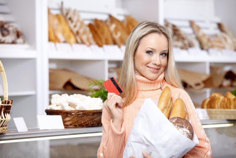 A menina com compra foto de stock