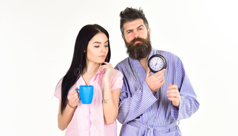 A menina com copo de café, homem mantém o pulso de disparo disponivel Conceito perfeito da manhã Os pares, família acordaram no t foto de stock royalty free