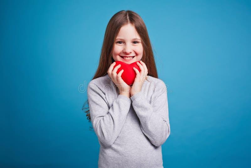 Menina com coração do brinquedo fotografia de stock