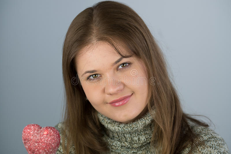 Menina com coração dos Valentim fotos de stock royalty free