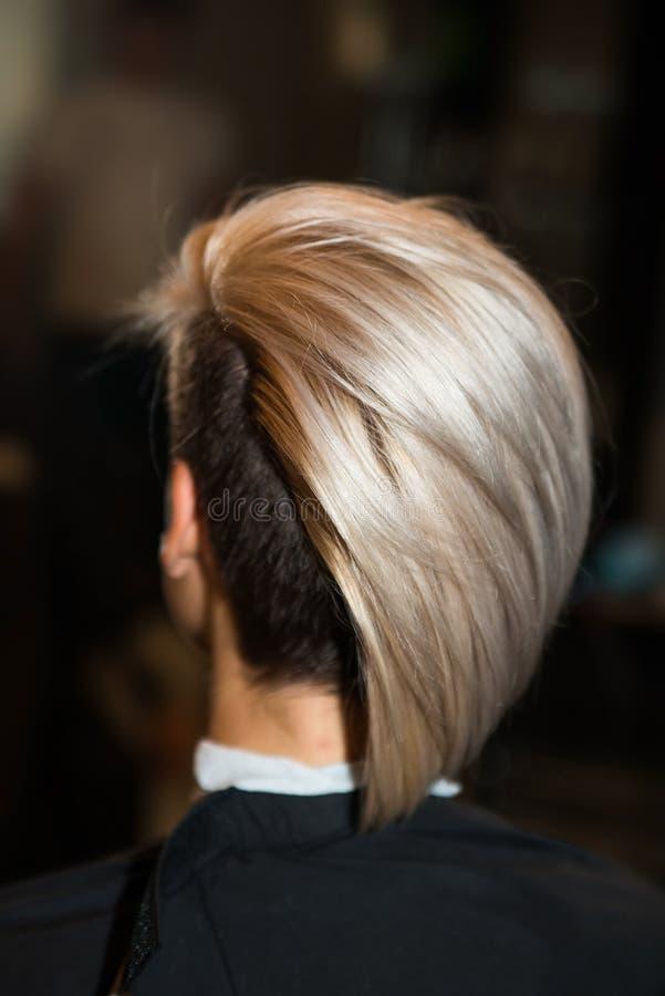 A menina com corte de cabelo curto no close-up da barbearia fotografia de stock royalty free
