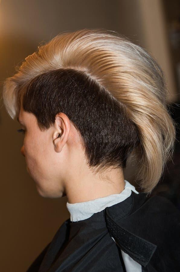 A menina com corte de cabelo curto no close-up da barbearia imagem de stock royalty free