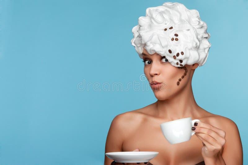 Menina com creme chicoteado em sua cabeça. imagem de stock
