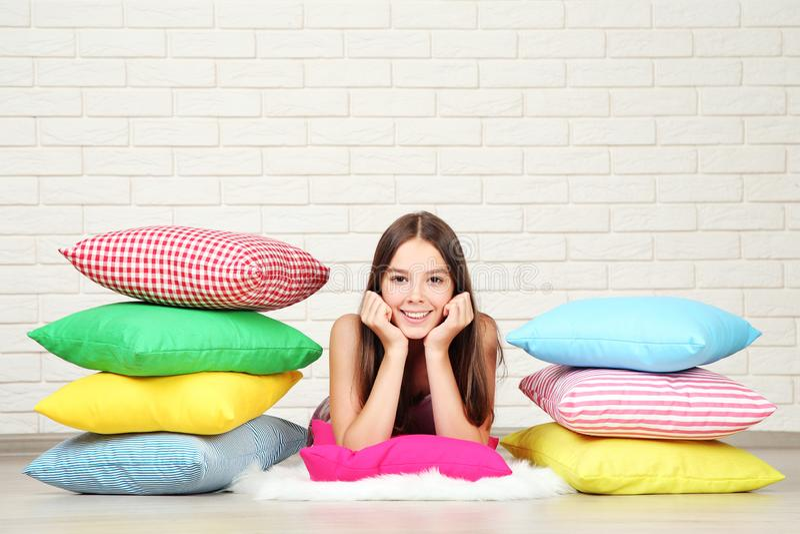 Menina com descansos coloridos fotografia de stock