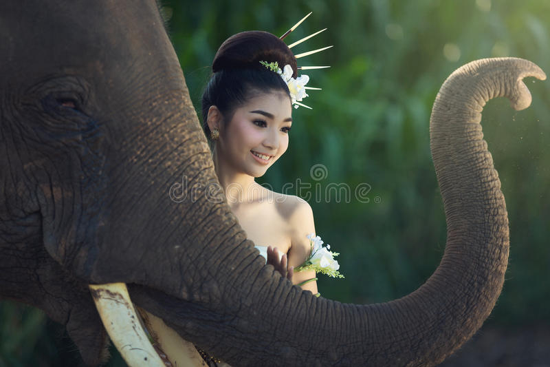 A menina com elefante fotografia de stock royalty free
