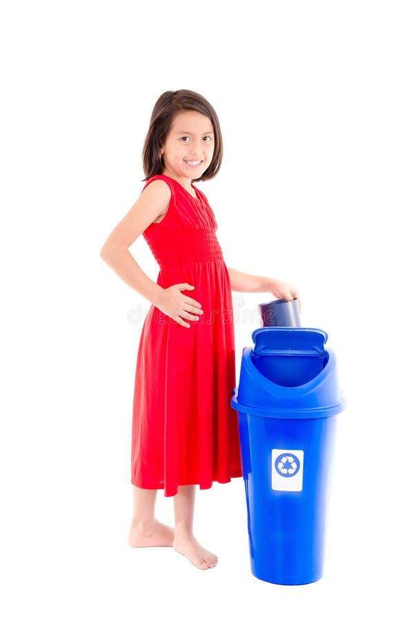 Menina com escaninho de reciclagem imagens de stock
