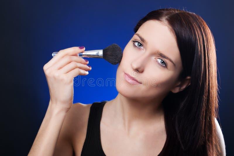 Menina com escova do pó imagem de stock