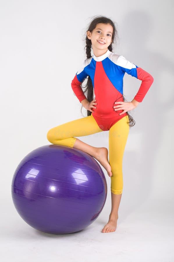 Menina com esfera da ginástica foto de stock