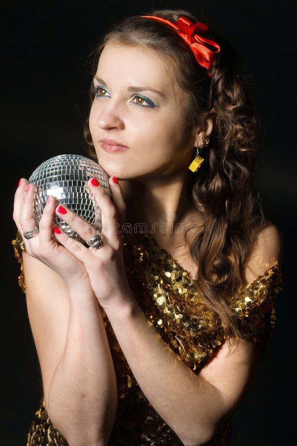 menina com esfera do disco foto de stock