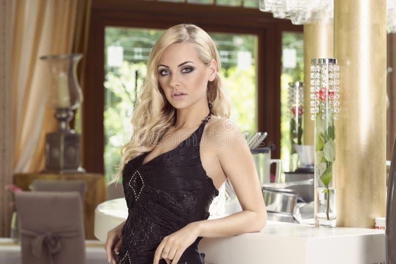 Menina com estilo da forma do cabelo no café imagem de stock royalty free
