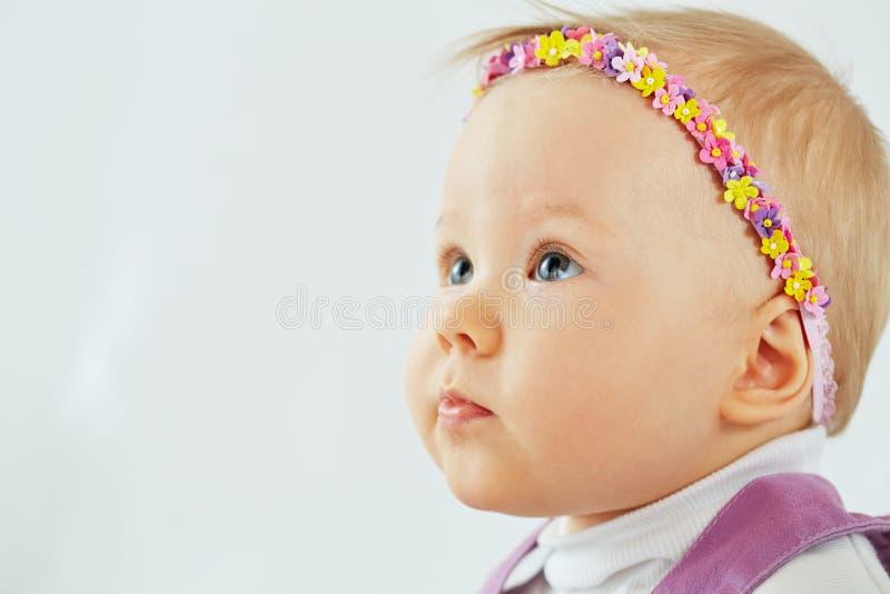 Menina com a faixa no formulário do chaplet imagens de stock royalty free