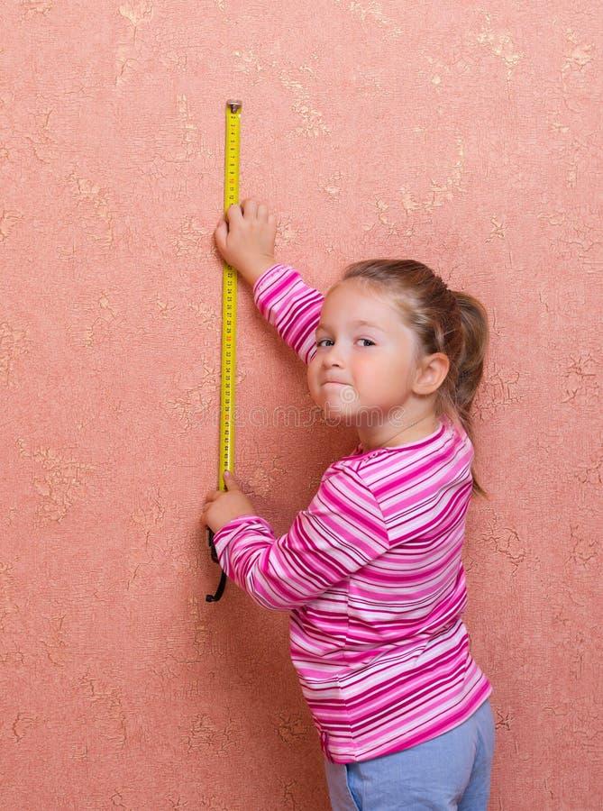 Menina com fita de medição foto de stock
