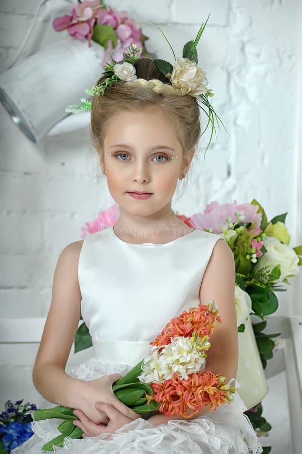 Menina com flores foto de stock