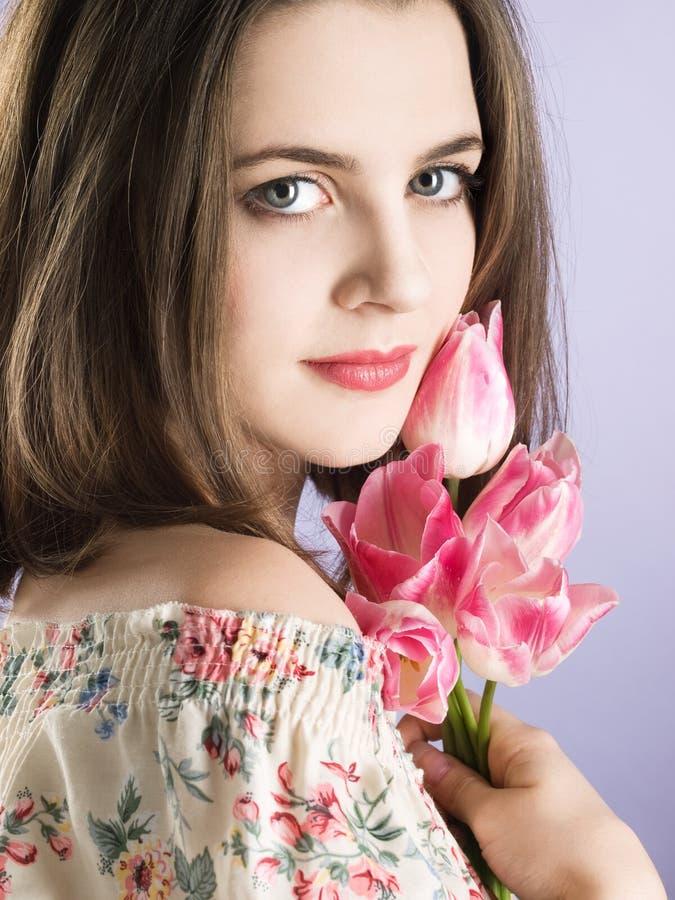 Menina com flores cor-de-rosa fotografia de stock royalty free