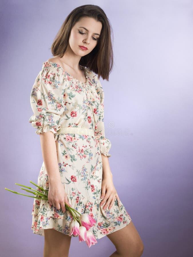 Menina com flores cor-de-rosa imagem de stock royalty free