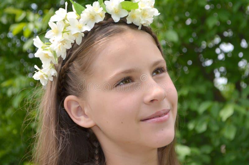 Menina com flores do jasmim imagem de stock royalty free