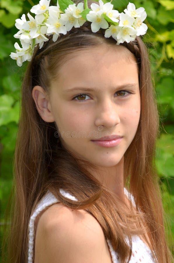 Menina com flores do jasmim imagens de stock royalty free