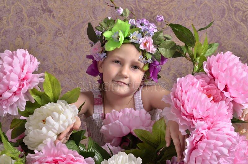 Menina com flores grandes ao redor imagens de stock royalty free