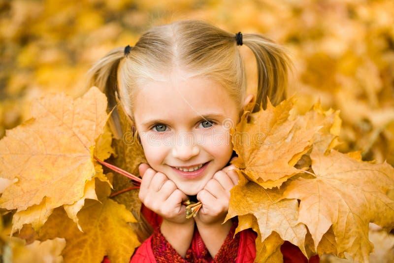Menina com folhas imagens de stock