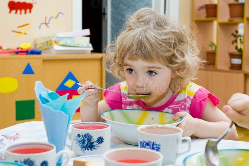 Menina com fome. fotografia de stock