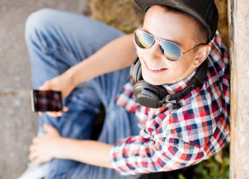 Menina com auscultadores e smartphone imagens de stock
