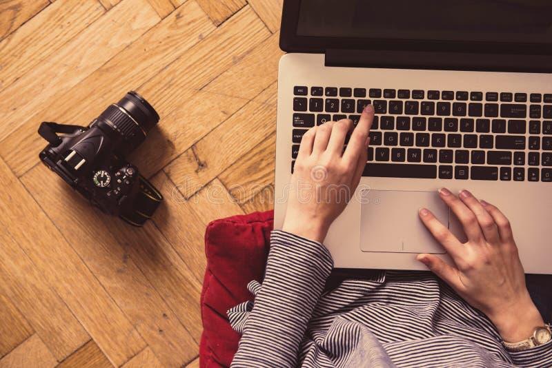 Menina com funcionamento do portátil imagens de stock royalty free