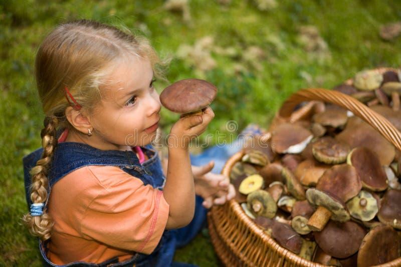 Menina com fungos fotografia de stock royalty free