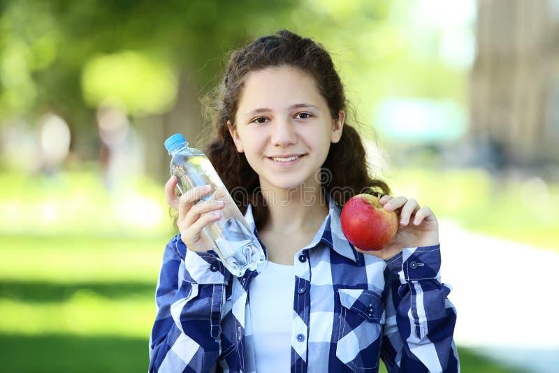 Menina com a garrafa da água imagem de stock royalty free