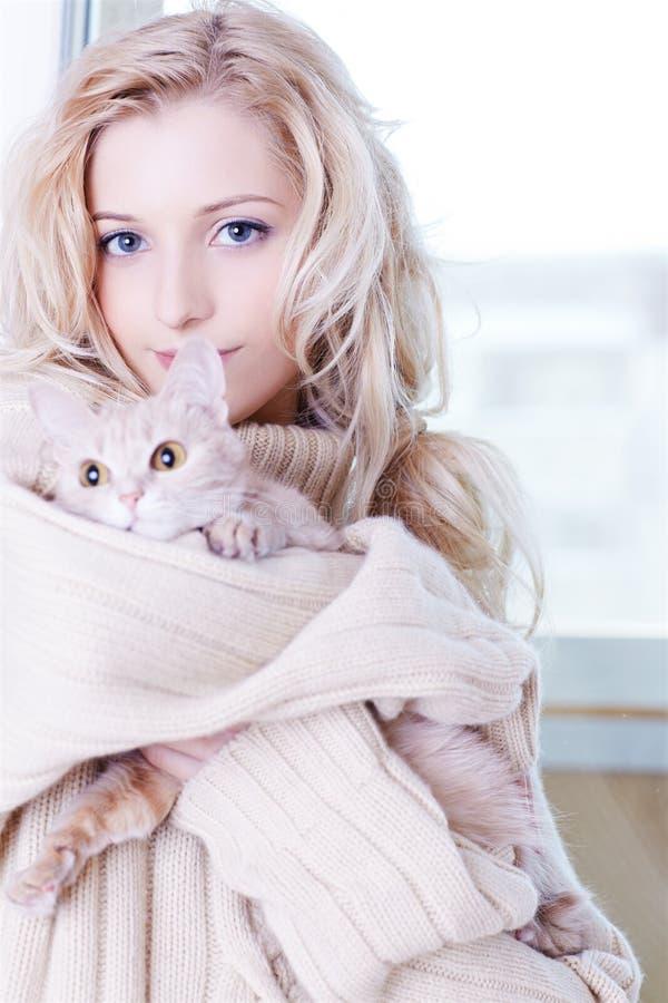 Menina com gatinho imagem de stock royalty free