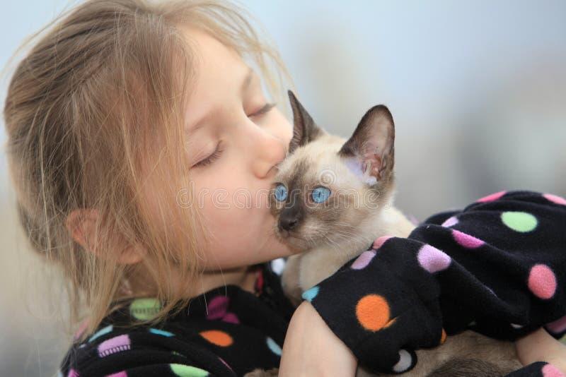 Menina com gatinho foto de stock