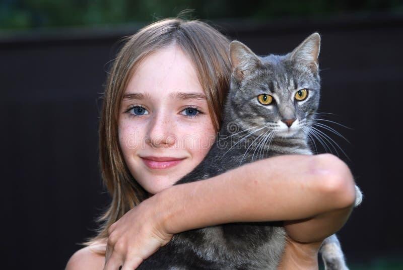 Menina com gato imagens de stock