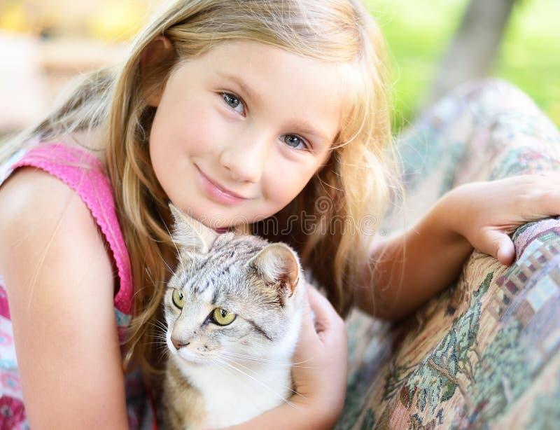 Menina com gato imagem de stock