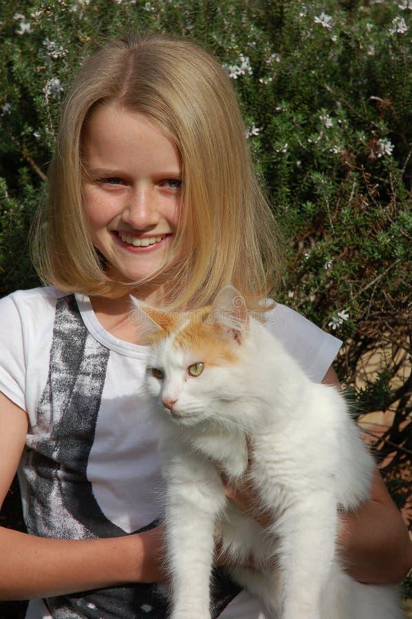 Menina com gato do animal de estimação fotografia de stock
