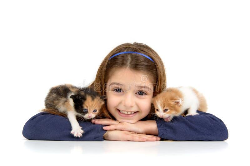 Menina com gatos do bebê fotografia de stock royalty free