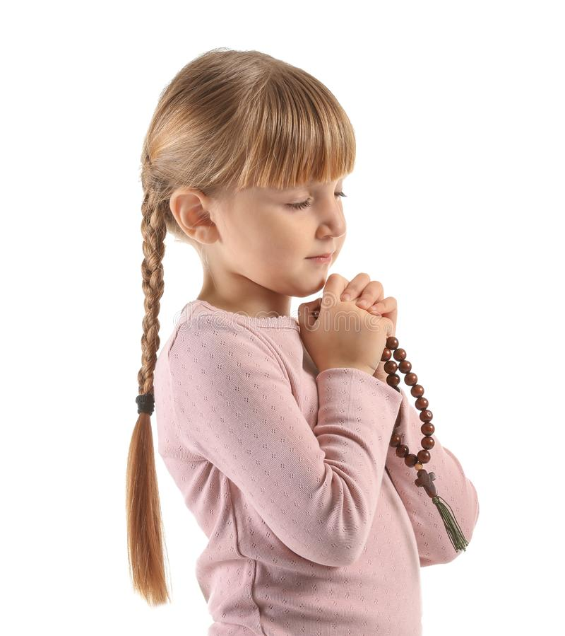 Menina com grânulos que reza no fundo branco fotografia de stock royalty free