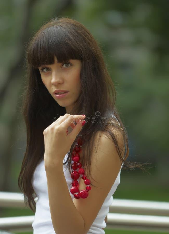 Menina com grânulos vermelhos imagens de stock royalty free