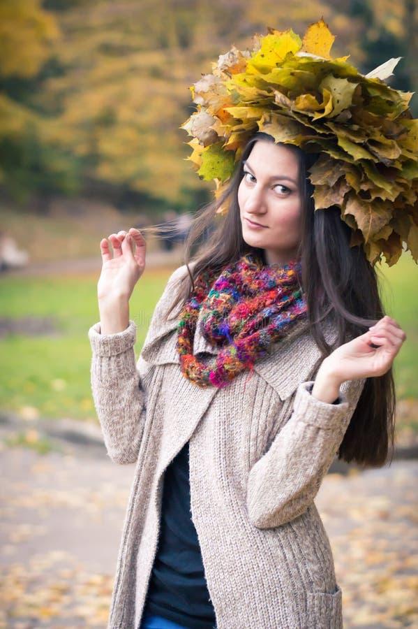 Menina com a grinalda das folhas fotos de stock royalty free