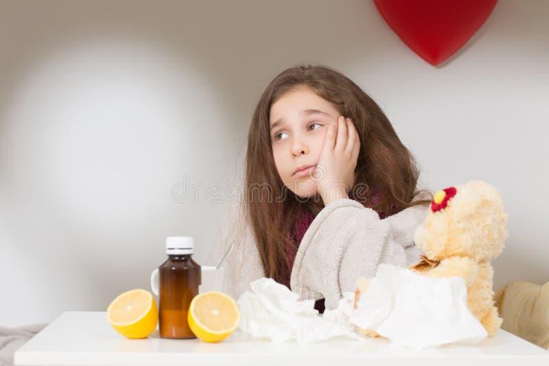 Menina com gripe, frio ou febre em casa foto de stock