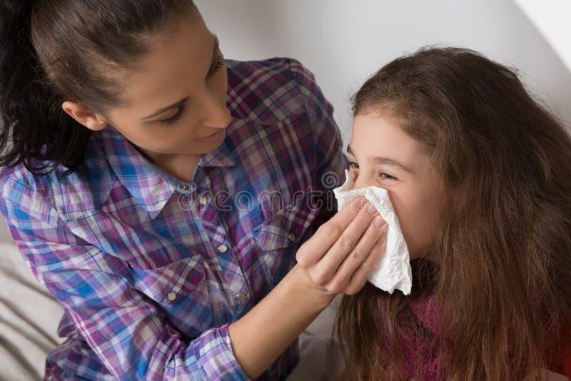 Menina com gripe, frio ou febre em casa imagem de stock royalty free