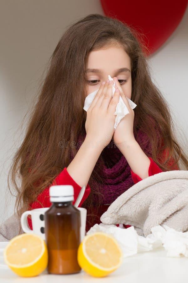 Menina com gripe, frio ou febre em casa imagens de stock royalty free