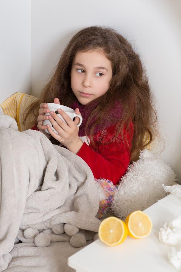 Menina com gripe, frio ou febre em casa fotos de stock royalty free